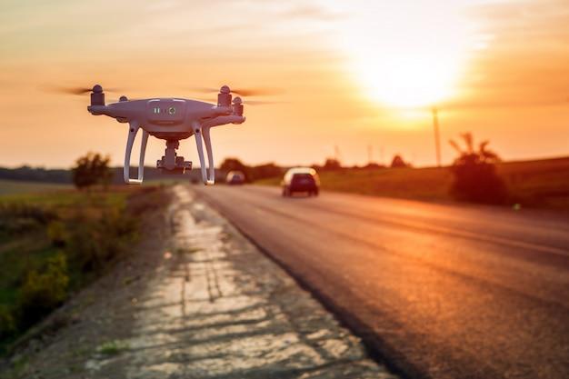 Drone ao lado de uma estrada