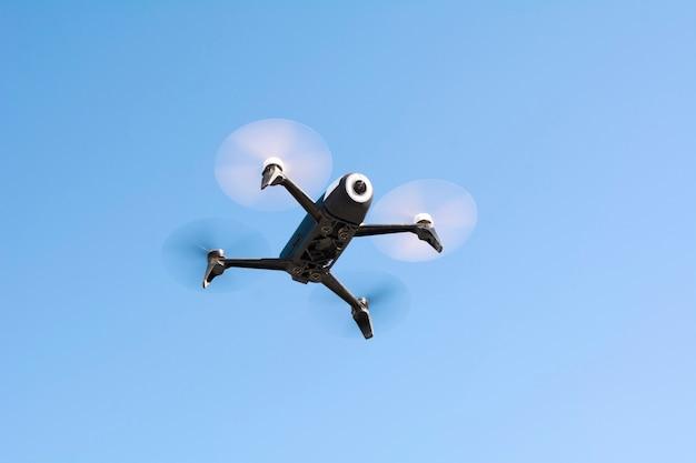 Drone, avião que voa sem tripulação, controle remoto