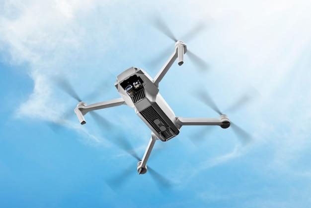 Drone branco com câmera voando no ar