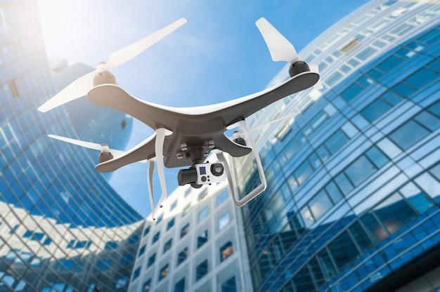 Drone com câmera digital voando em uma cidade moderna