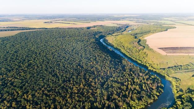 Drone com uma câmera, lindo pequeno rio de verão de uma altura