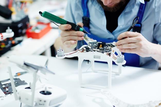 Drone de fixação na oficina de manutenção