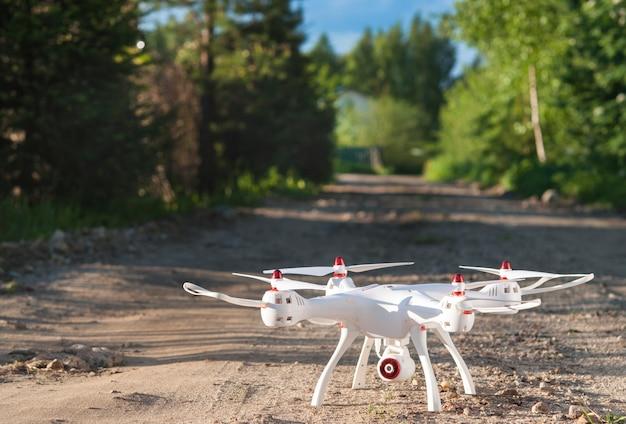 Drone de pé na estrada de areia.
