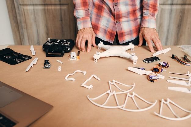 Drone desmontado na mesa.