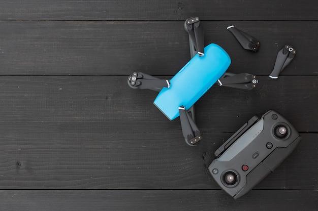 Drone em fundo preto de madeira. vista do topo
