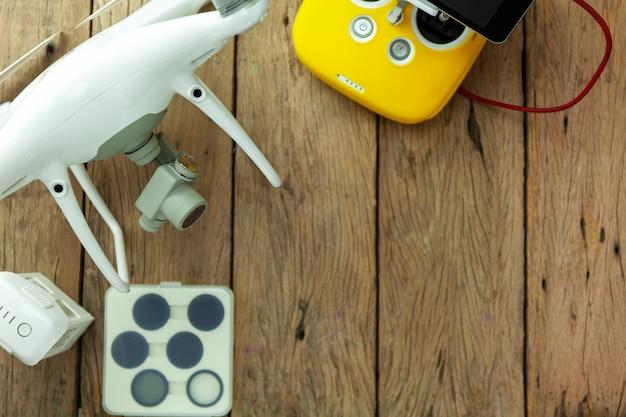 Drone equipamento com controle remoto em fundo de madeira