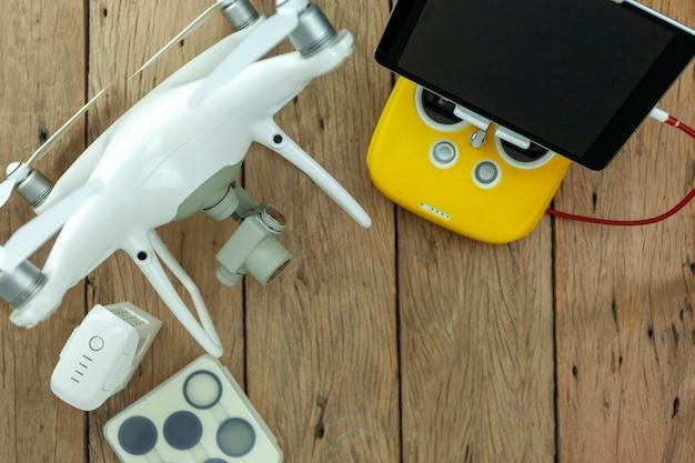 Drone equipamento com controle remoto no antigo fundo de madeira, cópia espaço para o seu texto imagem de vista superior, composição plana leiga