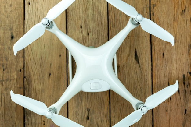 Drone equipamento no fundo de madeira velho, composição plana leigo