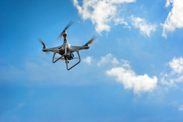 Drone inspecionar terras agrícolas, voar para o céu com nuvens. conceito de tecnologia na fazenda.
