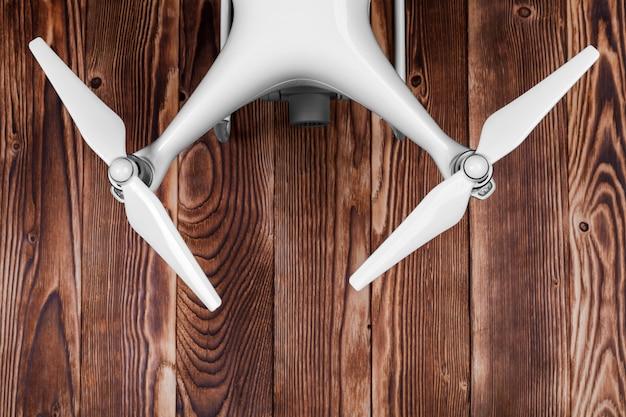 Drone isolado em um fundo de madeira