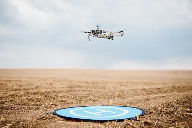 Drone moderno no campo de trigo