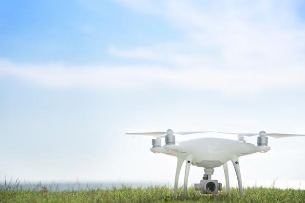 Drone na grama verde com fundo lindo céu azul