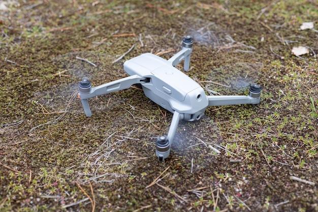 Drone no chão da floresta pronto para começar a voar