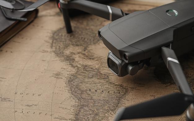 Drone no mapa antigo vintage