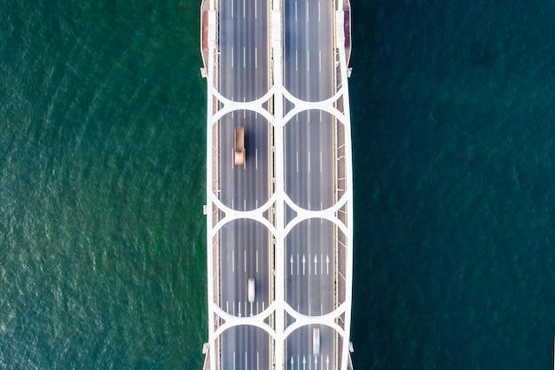 Drone olhando para a foto da ponte aérea