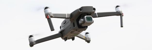 Drone prateado voa no céu. fotografia aérea de drones