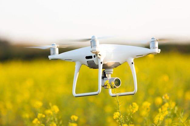 Drone quad copter em campo amarelo