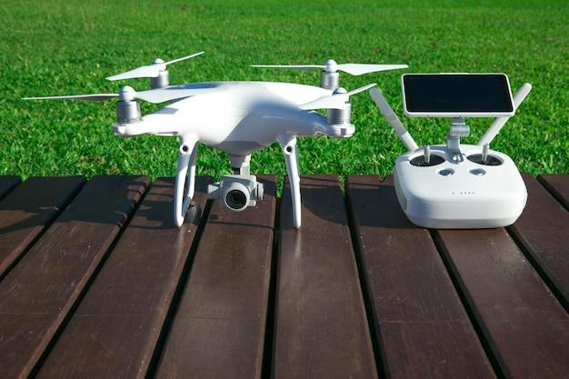 Drone quad helicóptero com câmera digital de alta resolução e seu controle remoto com telefone