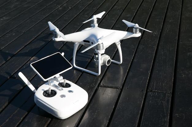 Drone quad helicóptero com câmera digital de alta resolução e seu controle remoto