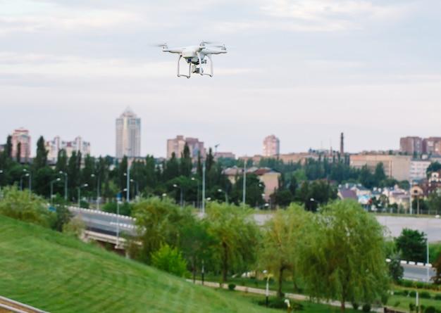 Drone quad helicóptero com câmera digital de alta resolução voando pairando sobre a cidade