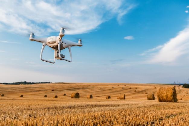 Drone quad helicóptero no campo amarelo