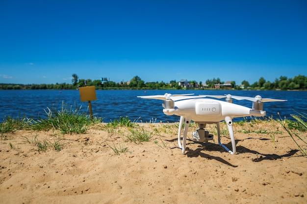 Drone quad helicóptero sobre a praia