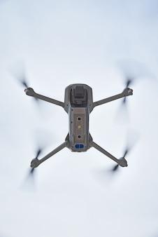 Drone quadcopter com câmera voando no céu