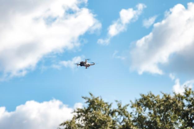 Drone quadrocopter com câmera digital e sensores de vôo alto controlados pelo piloto. drone de helicóptero voa dentro de casa. helicóptero quad com câmera escondida espionando casa e quintal. copie o espaço