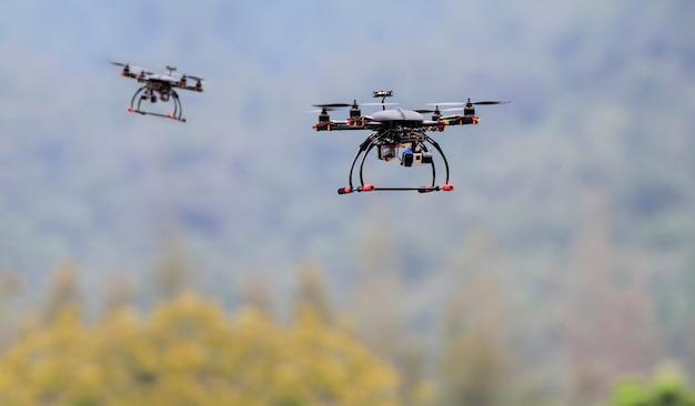 Drone quadrocopter voando sobre a floresta