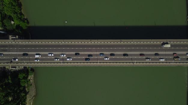 Drone's eye view - vista aérea de cima para baixo do engarrafamento urbano na ponte