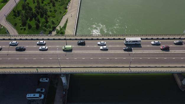 Drone's eye view - vista aérea do engarrafamento urbano na ponte da cidade