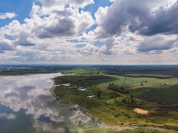 Drone shot com vista aérea panorâmica da barragem do rio e da floresta Foto Premium
