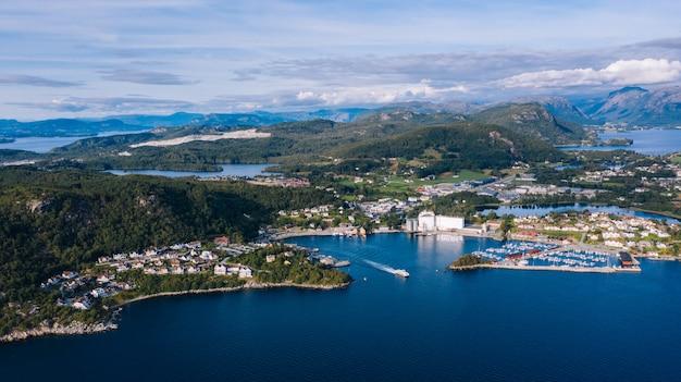Drone vista da baía na noruega