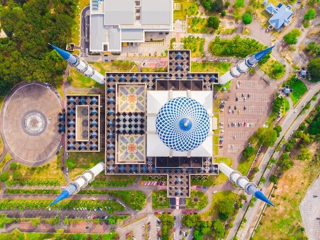 Drone vista do masjid sultão salahuddin abdul aziz shah ou mesquita azul em shah alam