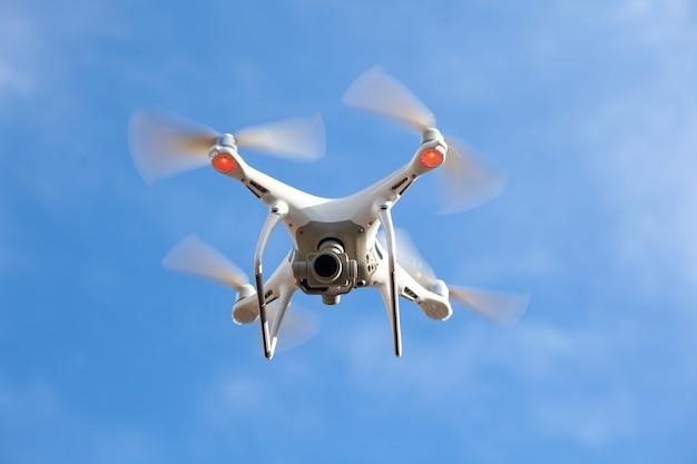 Drone voador com fundo de céu azul, nova tecnologia