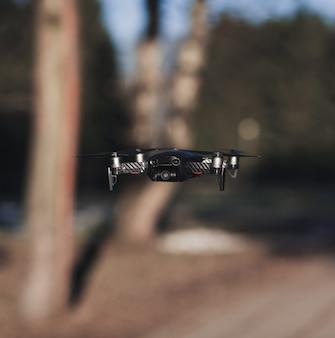 Drone voador compacto preto com fundo desfocado