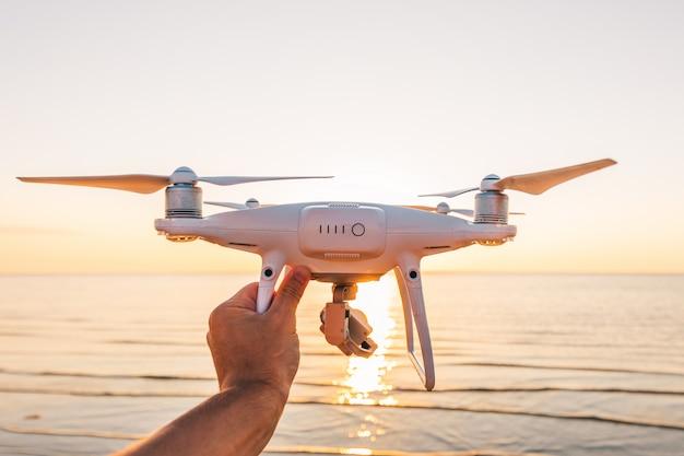 Drone voador em um pôr do sol do mar