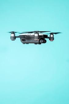 Drone voador isolado em fundo azul
