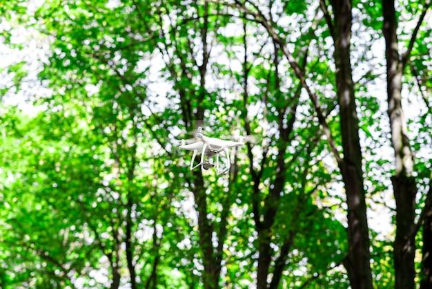 Drone voador na natureza.