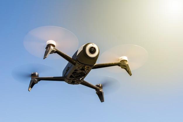 Drone voando com controle remoto