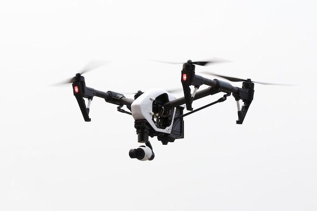 Drone voando em fundo branco, por baixo do ângulo