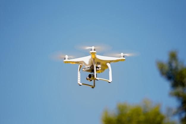 Drone voando em um dia ensolarado