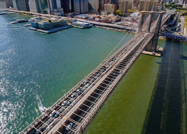 Drone voando perto da ponte do brooklyn em manhattan, nova york, eua durante o verão