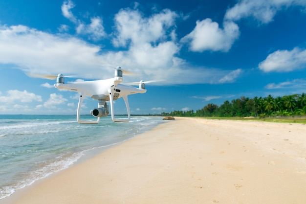 Drone voando sobre a praia