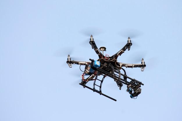 Drones agrícolas voam no céu