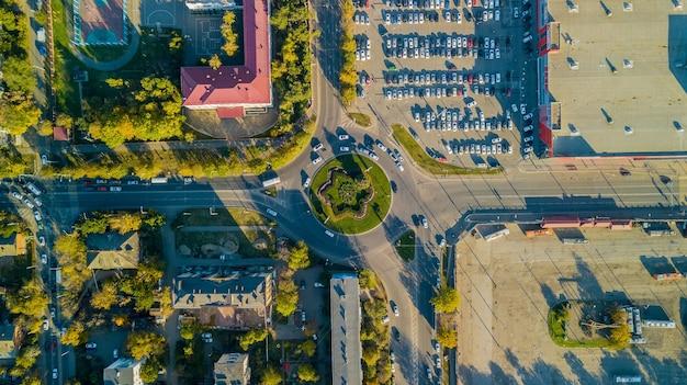Drones eye view - vista superior do engarrafamento, conceito de transporte, vista aérea do cruzamento da rotatória