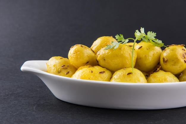 Dry potato sabzi ou jeera aloo fry é uma receita indiana de almoço ou jantar servida em um prato com roti ou paratha