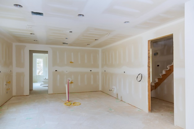 Drywall é pendurado em projeto de remodelação da sala de cozinha
