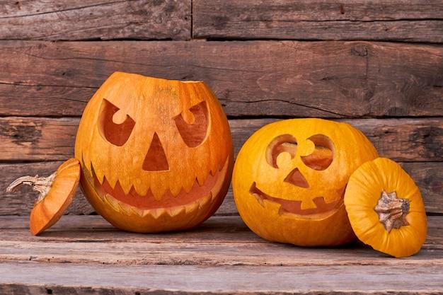 Duas abóboras de halloween em fundo de madeira.