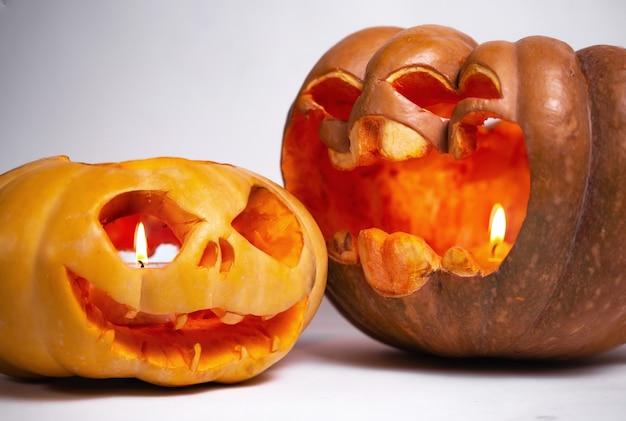 Duas abóboras para o halloween em um plano de fundo branco